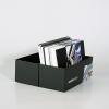 … contient notre livre d'échantillons de papier et le livre d'échantillons de matériaux de nos imprimés grand format ainsi que des échantillons de matériaux pour d'autres systèmes publicitaires